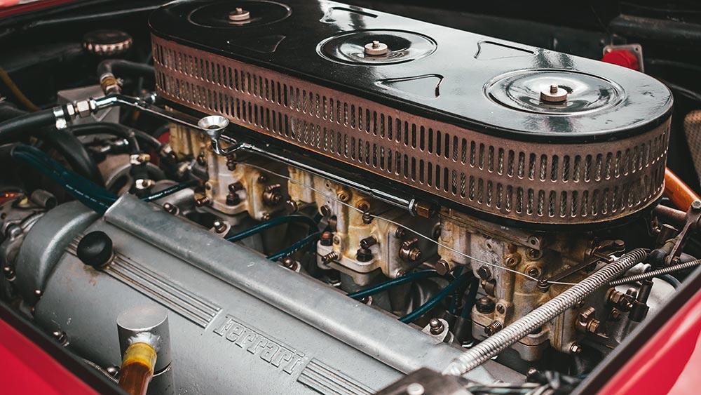 """Die Zukunft auch für 12-Zylinder-Motoren: E-Fuels, das """"neue"""" Benzin aus Wasser, Strom und CO2"""